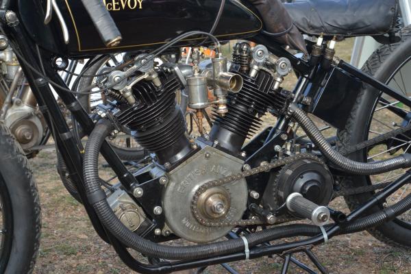 La huit soupapes de 1924 n'a qu'un carburateur simple cuve. Notez les deux bougies de rechange sous la selle et l'agencement avant du cadre.