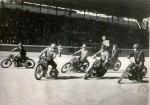 La foule des gradins atteste de la popularité du motoball qui se joue ici à Alger en 1951.