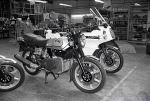 Le modèle civil qui ne sera jamais commercialisé et la version Police Interpol II dans l'usine en 1984.