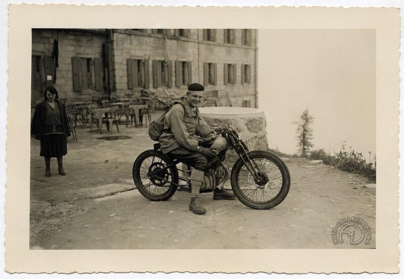 Antoine Peugeot sur sa P110 « non-modifiée » qu'il dit, mais quand même sacrément allégée y compris l'échappement remplacé par un court tromblon. On ne se baladerait plus aujourd'hui en montagne avec une moto aussi peu discrète.