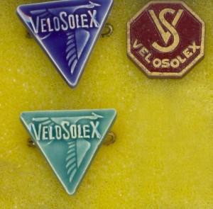 Les épinglettes du Vélosolex suisse fabriqué dés 1952, comme la cigogne le rappelle, par les usines Hispano Suiza.