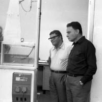 Luciano Zen, à gauche, directeur technique de Laverda où il travaille depuis les débuts de la marque et Giulio Alfieri, le motoriste, à droite, lors d'une séance de mise au point du moteur en avril 1978.