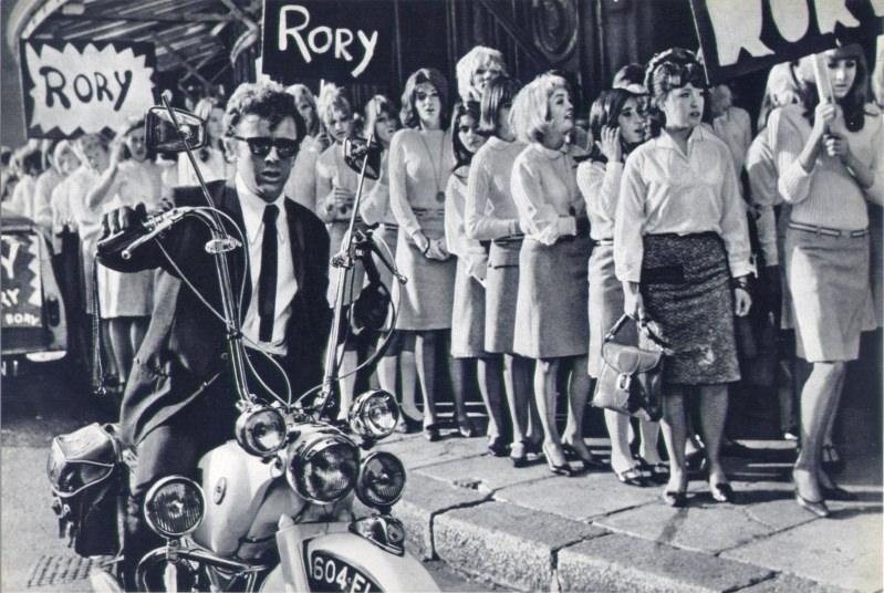 Dans ce film déjanté de 1965, apparaissent sans être nommées quelques débutantes qui font leur première apparition à l'écran : Charlotte Rampling, Jacqueline Bisset et  la ravissante Jane Birkin, tout juste agée de 18 ans, qui enfile ici un gant à Ray Brooks. (archives www.absolute-vintage.com)