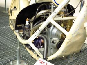 Cette vue montre bien l'évolution avec un des berceaux du cadre très élargi façon ABC pour protéger les cylindres.