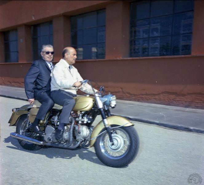La seule photo connue de la Ducati V4 Apollo avec le dottore Montano au guidon et Joe Berliner, le commanditaire du projet, en passager. (archives Ducati)