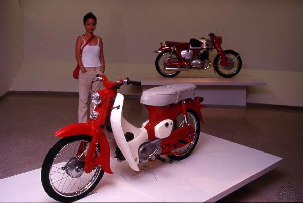 """En vedette au musée du Guggenheim pour l'exposition """" The art of the Motorcycle """" en 1998 à New York, ce 50 Super Cub de 1962 aux côté de la 125 CB 92 Super Sport de 1960 illustre bien la double approche du marché de Honda."""