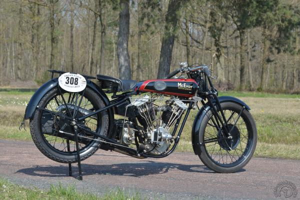 Beaucoup plus civilisée, cette version super sport de 1926-27 se posait en concurrente des Brough Superior. La magnéto latérale est entraînée par un couple conique et les gros freins à tambour étaient achetés à Royal Enfield.