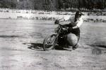 Pour avancer, un bon motoballeur  emprisonne le ballon entre son pied et le pousse-ballon, tout en lui permettant de tourner, car il est interdit de porter la balle avec le pied,