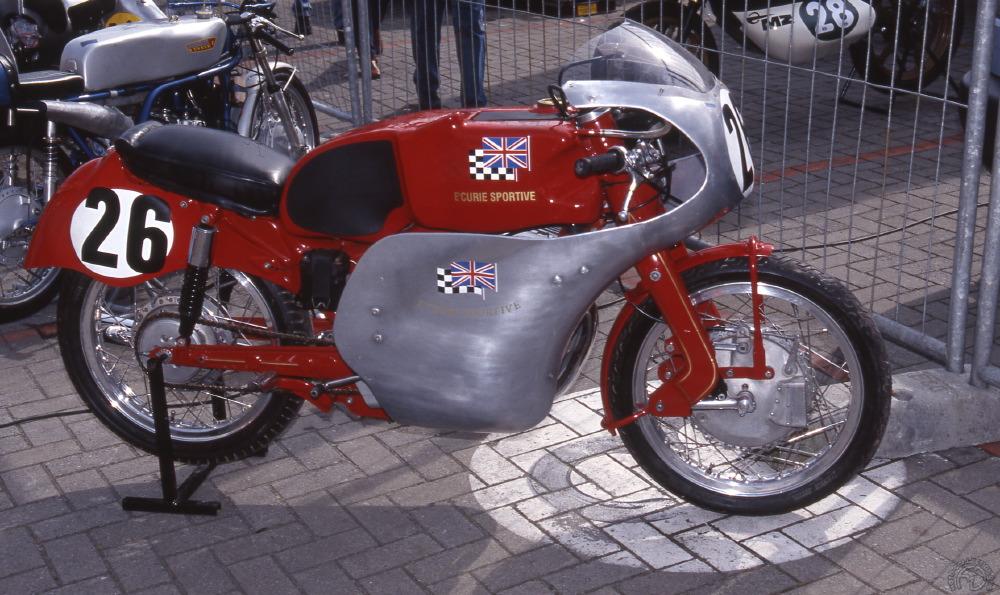 La Sportmax rouge de Mike Hailwood est un bel exemple de version d'usine d'origine, exception faite de sa couleur  et de ses amortisseurs Girling montés au départ par le grand Mike. Ce petit carénage était plus adapté aux petits circuits.