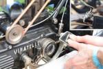 La pédale d'embrayage passe la vitesse en coupant les gaz automatiquement lors du changement. Le pilote dispose à main droite de deux manettes, pour les gaz et le choix des rapports, et (en vignette) de la gachette du décompresseur.