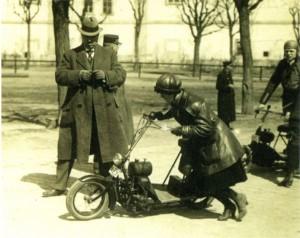 La belle Maria Utĕšilová qui deviendra la femme du créateur du Čas part pour vaincre la course Zbraslav-Jílovištĕ en 1922 en catégorie scooter. C'est cet exemplaire qui est au musée des techniques de Prague. [Archives Libor Marčik]