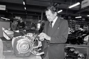 Doug Hele, l'un des plus grands noms de l'industrie britannique, inspecte le bi-rotor en 1984.