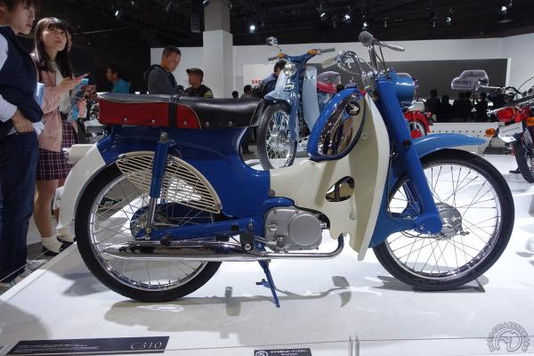 Sorti des usines de Honda Belgium en 1963, ce Super Cub C310 se targue d'être la première moto japonaise fabriquée sous licence par une filiale étrangère. Affublé d'un pédalier tristement obligatoire dans nos contrées, il n'aura guère de succès.