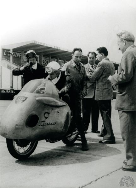 26 mai 1956 sur l'autodrome de Linas-Montlhéry: Pierre Monneret s'apprête à prendre le relais que vient de lui passer son père Georges