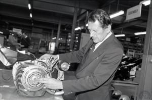 Doug Hele, le père des 750 Trident/Rocket et de la BSA250MC1, a rejoint Norton Motors en 1982 pour y finir le développement du Wankel qu'il inspecte ici en 1984.