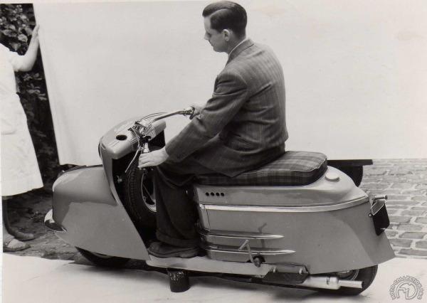 Séance de pose où André Morin présente un prototype de la série 3 qui diffère notamment des modèles produits par ses suspensions. (doc. Frédéric Tison)