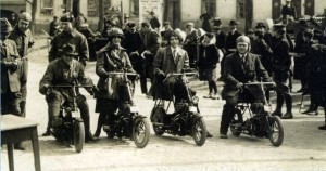 Quatre Čas au départ de la course Zbraslav-Jílovištĕ en 1922 où Čas engage aussi deux motos 285cm3 aux mains des frères Edvard et Georges Rechziegel [Archives Libor Marčik]