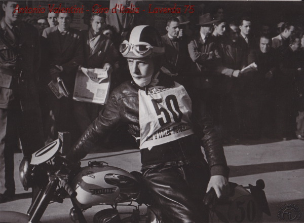 Antonio Valentini sur son 75 Laverda au tour d'Italie en 1950 (photo reprise sur internet)