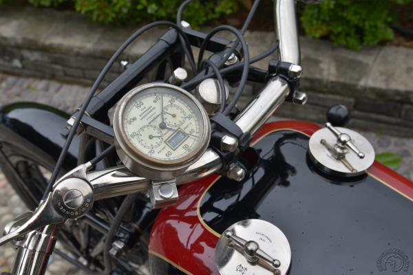 Bouchon de gauche pour l'huile et à droite pour l'essence. Le compteur de vitesse Bonniksen de cette version 1926 est gradué jusqu'à 100 mph (161 km/h).
