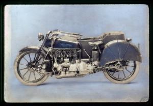Ultime mouture en 1922:  Le moteur de 1240cm3 a des soupapes culbutées, la fourche avant est simplifiée , la roue arrière carénée et les roulettes ont disparu.