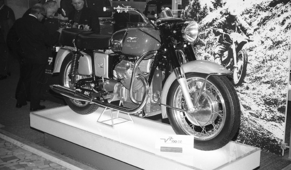 Années 60 : L'Italie lance ses twins 8-Guzzi-700-V7-1967-38-1
