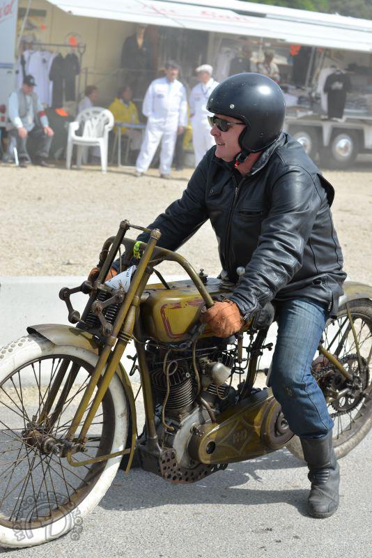 Le pape des motos anciennes vraiment anciennes, c'est lui Kees Koster, et en plus il fait rouler ses (belles) vieilleries. Ici une Harley Davidson 1000 Keystone racing de 1918.