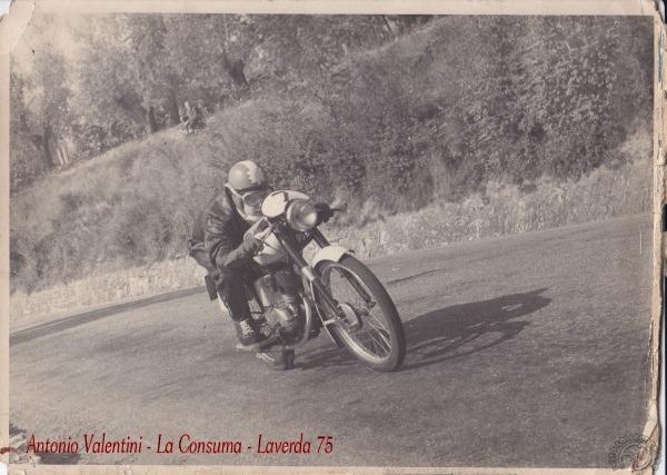 Antonio Valentini ici en pleine recherche de vitesse sur son 75 Laverda remporta plus de dix victoires au guidon de cette machine. Il court ensuite sur Morini et devient concessionnaire de la marque pour laquelle il réalise des préparations réputées. (photo non répertoriée sur internet)