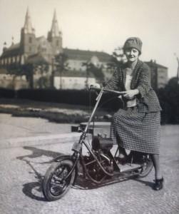 Une amie de Maria Utĕšilová pose à Prague avec le Čas de 1921.(archives musée des techniques de Prague)