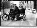 La version Livraison avec side-car à roue freinée et couplée avec la moto. (cliché BNF Gallica)