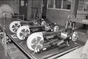 L'ensemble complet bras oscillant-transmission (sous carter étanche souple) vient se fixer sur l'arrière du cadre caisson.