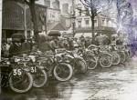 Départ de Tour de France le 25 mars 1922. Les Viratelle qui encadrent une Blériot attelée se repèrent facilement grâce à leur radiateur.
