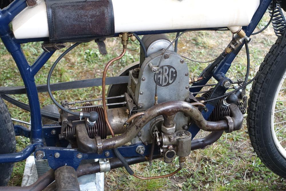 Sur la première ABC de 1913, le moteur, déjà à soupapes culbutées, est disposé en long dans le cadre.