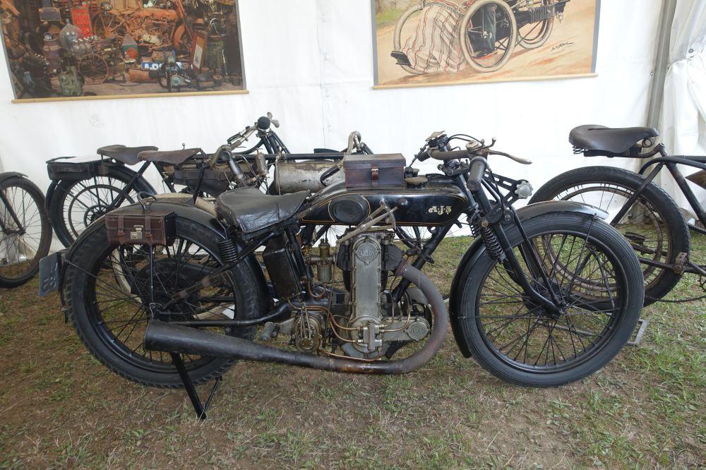 Les AJS 350 et 500 à simple ACT étaient en nombre. Ici une des premières versions de cette moto mythique née en 1927.