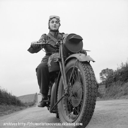 ATS = Auxiliary Territorial Service Matchless despatch rider en Irlande du Nord le 26 septembre 1941