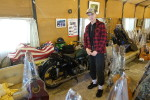Aika Hiroshi nous dévoile l'une des seules motos qu'il a conservé au milieu de sa collection de guitares.