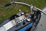 Le levier de vitesse est entre les deux demi-réservoirs assemblés. Le viseur à gauche permet de régler le débit d'huile.