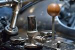 Viseur de débit d'huile et levier de changement de vitesses au centre du réservoir