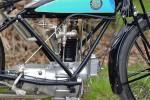 Le vilebrequin tourne dans l'axe de la moto, les tiges de culbuteurs sont sur l'avant et les deux soupapes sur les côtés.   .