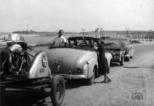 """En convoi vers Anfa le 12 octobre 1952. La voiture d'Auguste Coffin est devant et le cabriolet """"attelé"""" à un un side est celui de Marcel Masuy"""