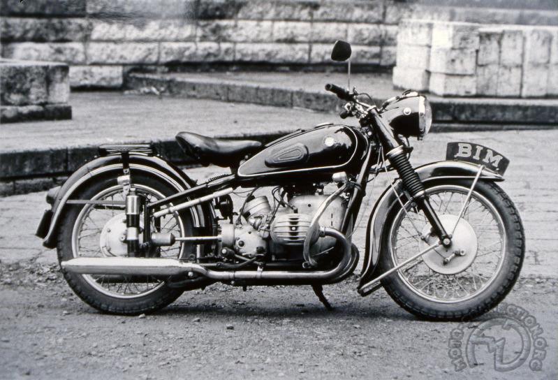 J'ai bien peur qu'il ne soit même pas possible de jouer au jeu des sept erreurs faute d'avoir suffisamment de différences entre cette BIM 500 de 1957 et la BMW R51/3 de 1954. À croire que BMW a revendu ses moules au Japon lorsqu'est sortie la nouvelle gamme à fourche Earles avec la R50/2 en 1955.