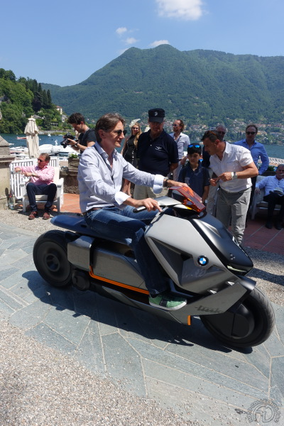 Edgar Heinrich sur la piste d'envol devant la Villa d'Este.