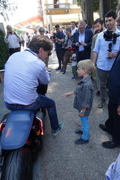 """Le plus plus jeune spectateur du show interpelle Edgar Heinrich au guidon de scooter """"Concept link"""""""