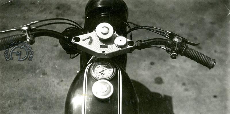 Sur une BMW R12 en 1930