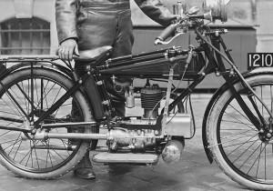 La première version 300 cm3 quatre temps à soupapes latérales présentée au salon de Paris en 1922. (photo BNF Gallica)