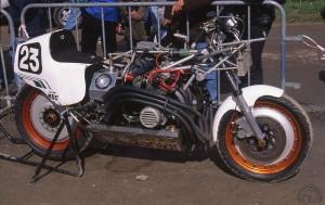 Un bien curieux assemblage très inspiré par la Formule 1. La valve Zénith de remplissage rapide est alors une nouveauté en moto.