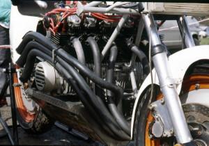 Le très large 6 cylindres est posé sur la coque-réservoir qui constitue la partie inférieure du cadre et assure l'essentiel de la rigidité.