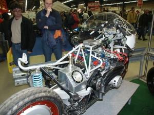Réapparue au salon Rétromobile en 2002 la Benelli-Moc déshabillée expose son mono-amortisseur et la valve Zénith du remplissage rapide.