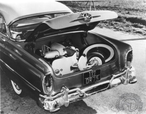 On peut aisément emmener son Cady avec soi… à condition d'avoir le grand coffre d'une Mercury en 1954.