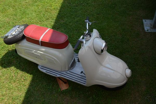 Pour accompagner son scooter électrique futuriste , BMW avait ressorti ce projet de 1955, le R10 , un 200 cc quatre temps culbuté.