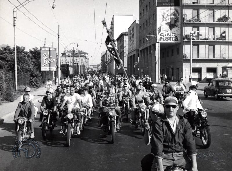 Bologna 5.5.1958. Arrivo di Leopoldo Tartarini-Giorgio Monetti su Ducati_ 175 dopo giro del mondo